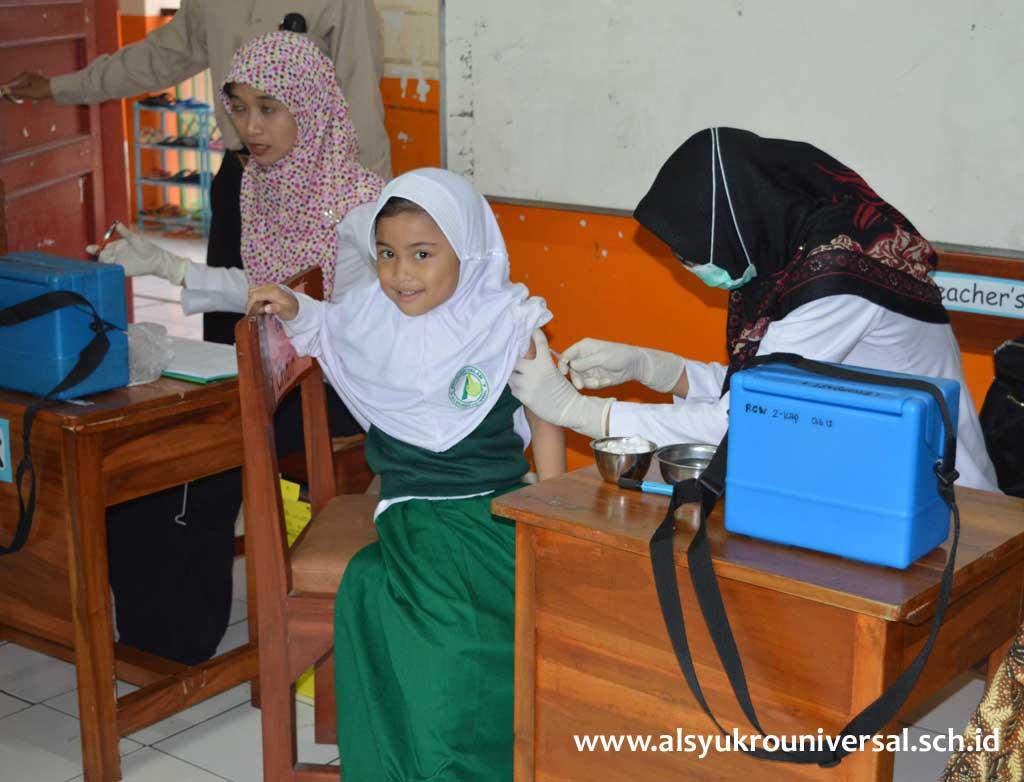 Kegiatan Imunisasi MR di Sekolah Islam Al Syukro Universal